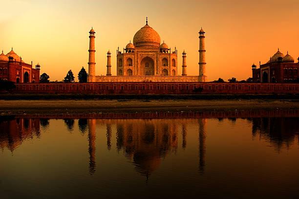 O Taj Mahal, ao pôr-do-sol com reflexos - foto de acervo