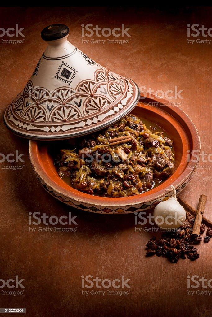 tajine with meat, onion, dried grape and cinnamon – Foto