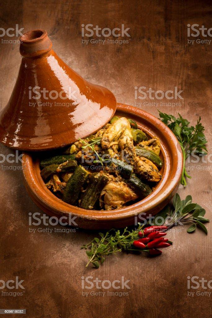 tajine mit Fleisch und Gemüse und Gewürze – Foto