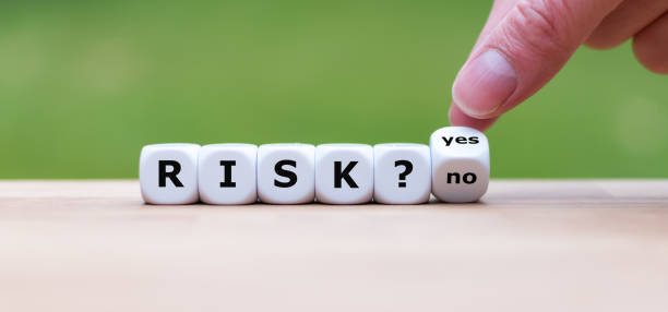 "take a risk? hand turns a dice and changes the word ""no"" to ""yes"" (or vice versa). - rischio foto e immagini stock"