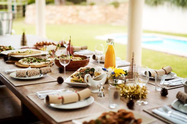 take a seat and be merry - pranzo di natale foto e immagini stock