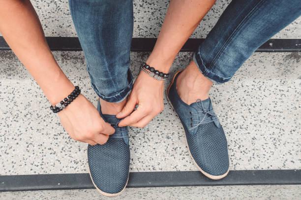 Machen Sie einen Spaziergang in meinen Schuhen-Hände binden Schuhe – Foto
