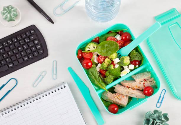 ta bort matlåda med fräsch sallad och tonfisk över offi - lunchrast bildbanksfoton och bilder