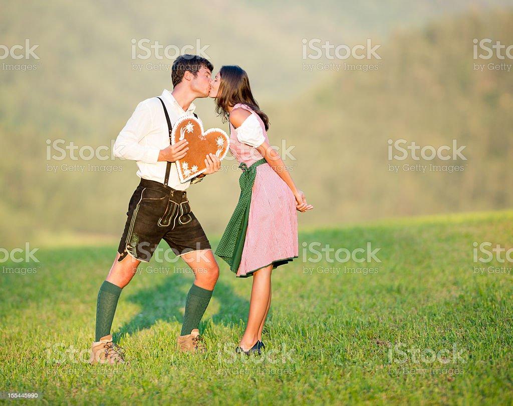 Nehmen Sie mein Herz, Paar in Lederhose und Dirndl Tracht – Foto