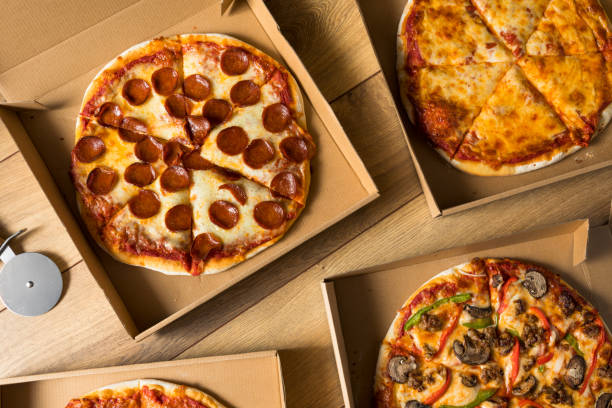 Pizza in einer Box – Foto