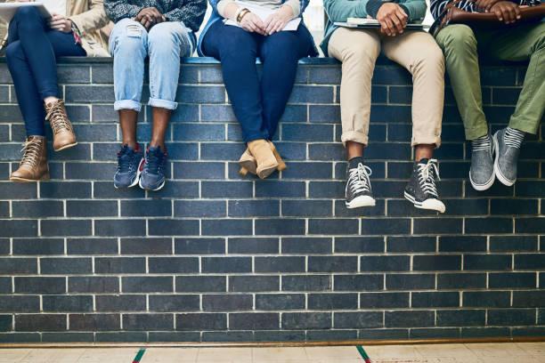 tomar los pasos hacia la educación superior - moda de zapatos fotografías e imágenes de stock