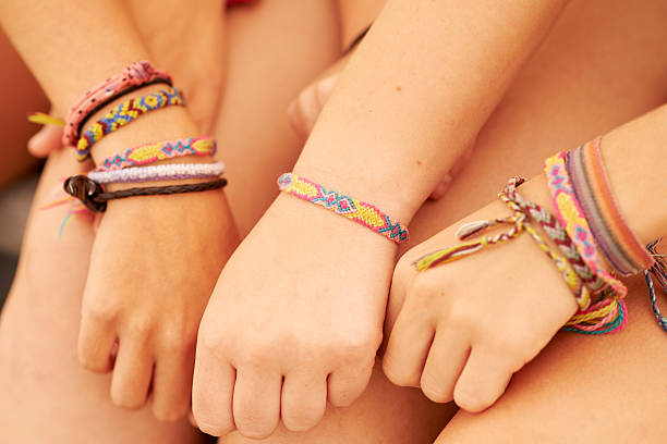 take your friendship to the next level with friendship bracelets - armband stock-fotos und bilder