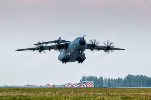 Schweres Militärtransport-Turboprop-Flugzeug abheben – Foto