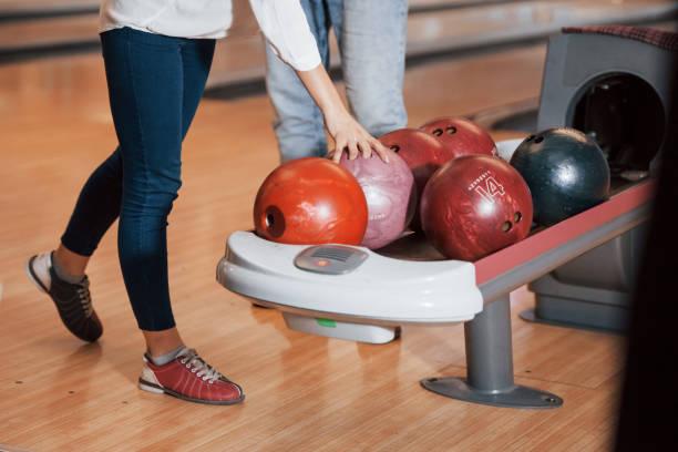 Einen Ball nehmen. Abgeschnittene Sicht der Menschen im Bowlingclub bereit, etwas Spaß zu haben – Foto