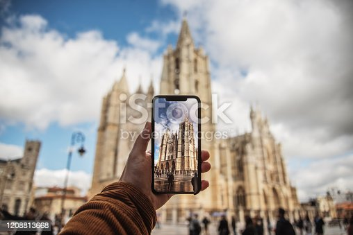 Taking a picture of a monument (Leon Cathedral, Spain) with a modern smartphone