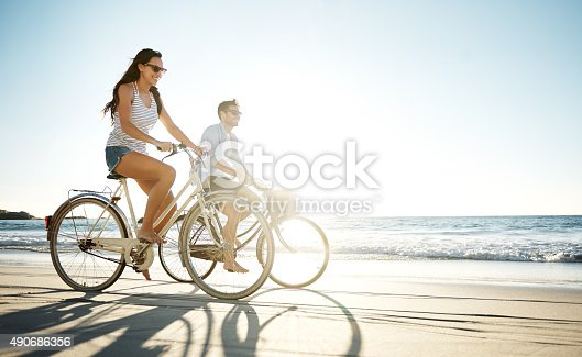 Full length shot of a young couple cycling on the beachhttp://195.154.178.81/DATA/i_collage/pu/shoots/805645.jpg