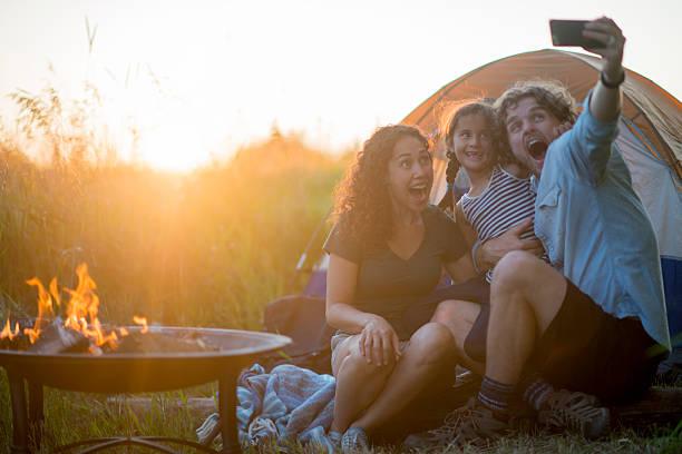 taking a selfie by the tent - schönen abend bilder stock-fotos und bilder