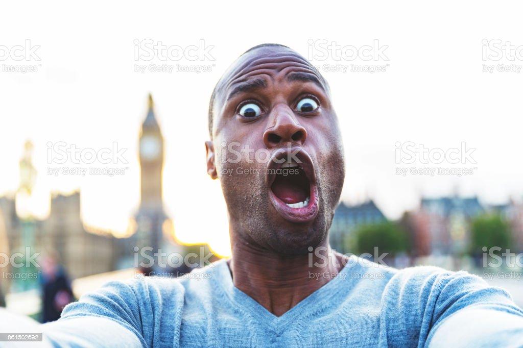 Prenant un Selfie avec une expression bizarre près de Big Ben, London - Photo