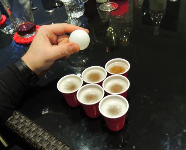 aufnahme - bier-pong-spiel - lustige trinkspiele stock-fotos und bilder