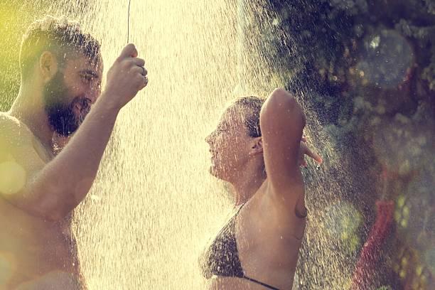 sie eine dusche - sonnendusche stock-fotos und bilder