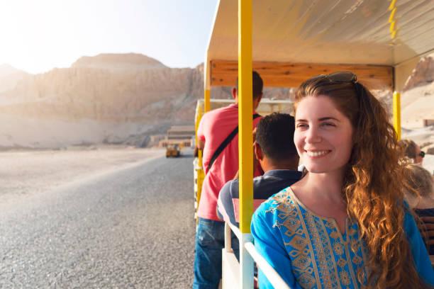 eine tour durch ägypten - tour bus stock-fotos und bilder