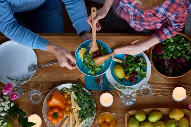 夕食時に世話 - ローフード ストックフォトと画像