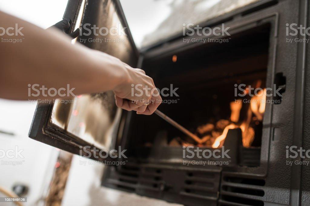 Kümmert sich um Feuer im Kamin – Foto