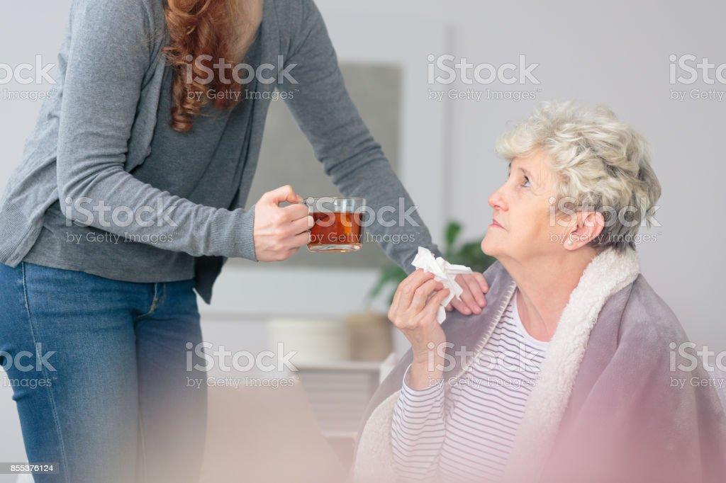 Kümmert sich um kranke Großmutter - Lizenzfrei Abschied Stock-Foto
