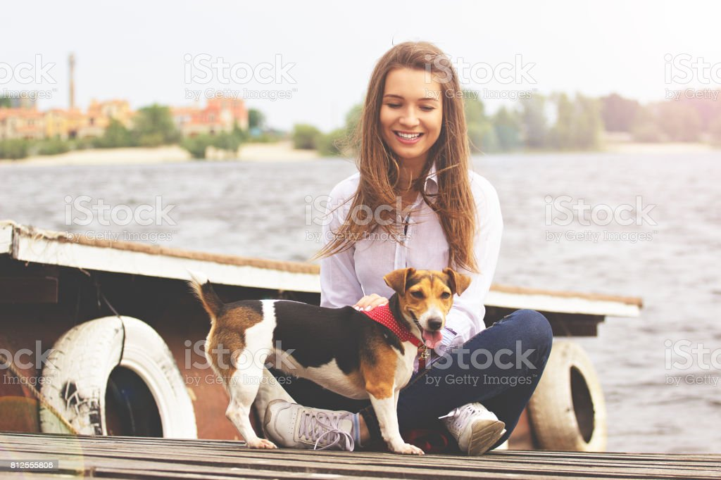 Cuidado De Mascotas Tiro Horizontal De Atractiva Mujer Joven
