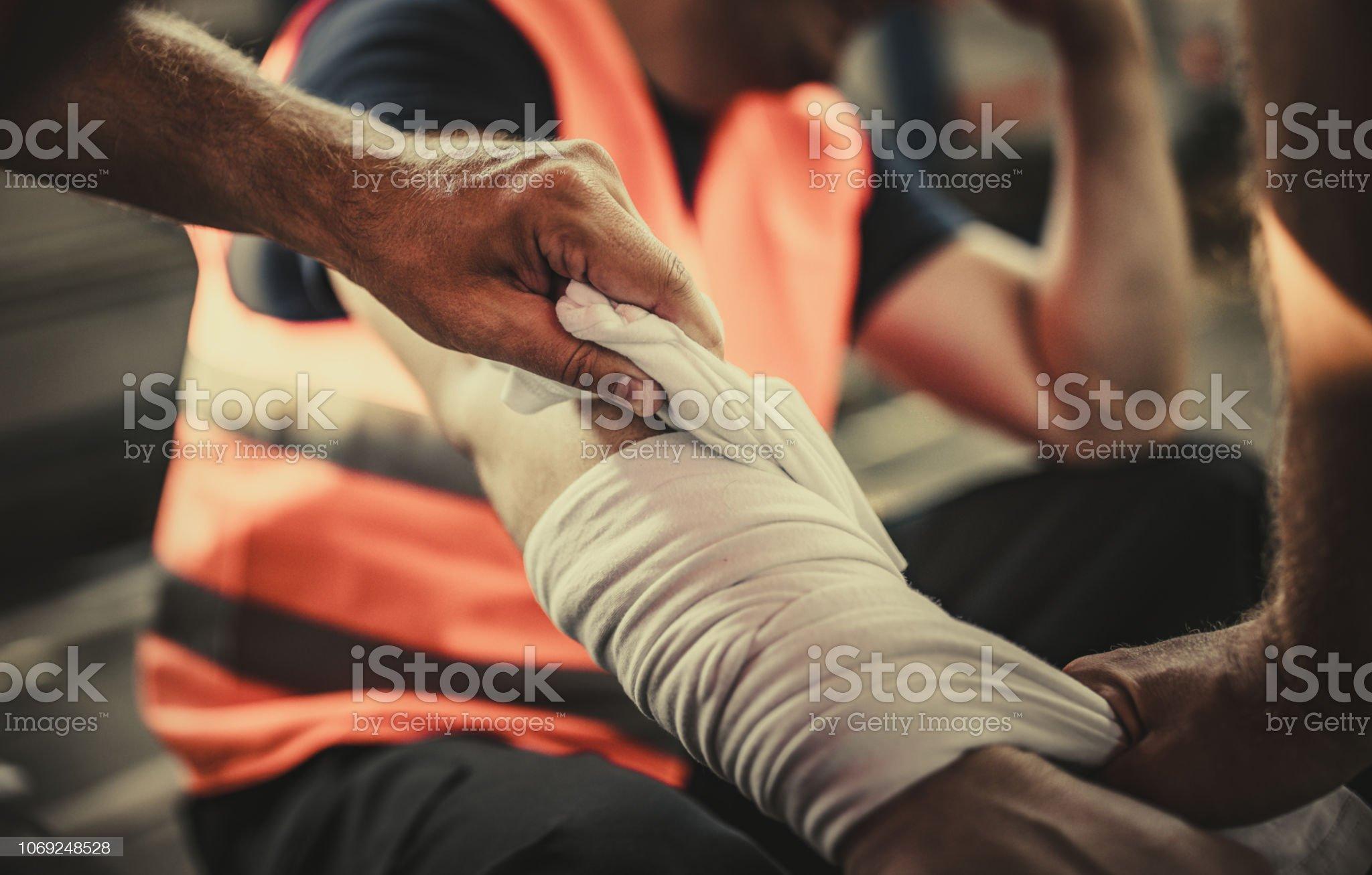 Cuidando de dano físico no trabalho! - Foto de stock de Dano Físico royalty-free