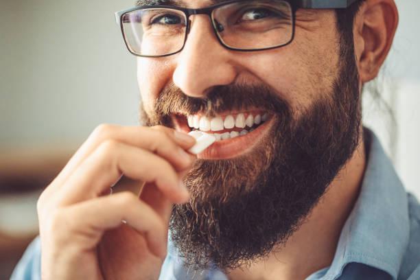 het nemen van kauwgom - kauwgom stockfoto's en -beelden
