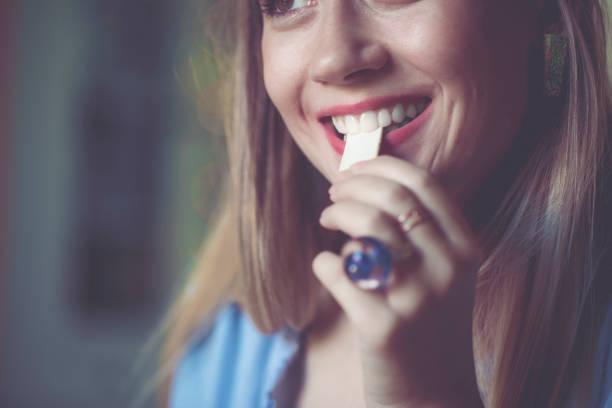 die kauwgom - kauwgom stockfoto's en -beelden