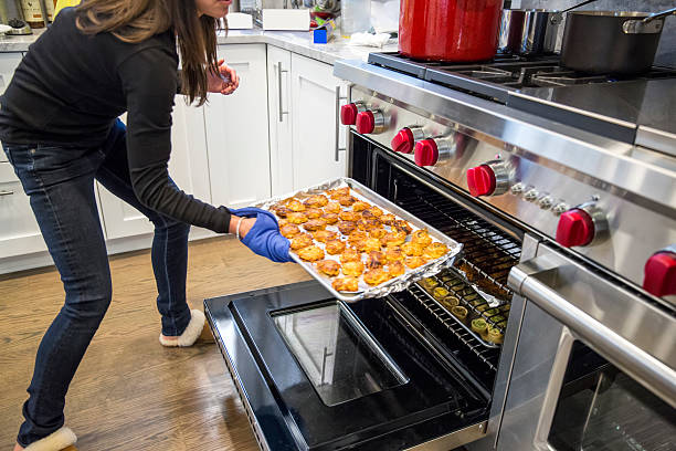 , die speisen aus dem ofen für unser thanksgiving-abendessen - alufolie backofen stock-fotos und bilder