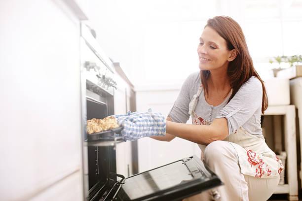genießen sie gebäck aus dem ofen - scones backen stock-fotos und bilder
