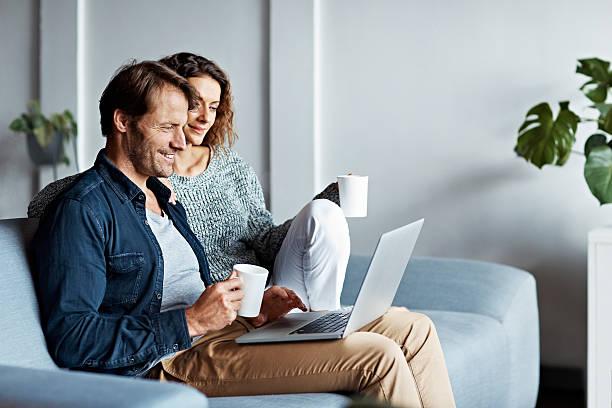 reposez-vous sur le canapé, - tasse flat photos et images de collection