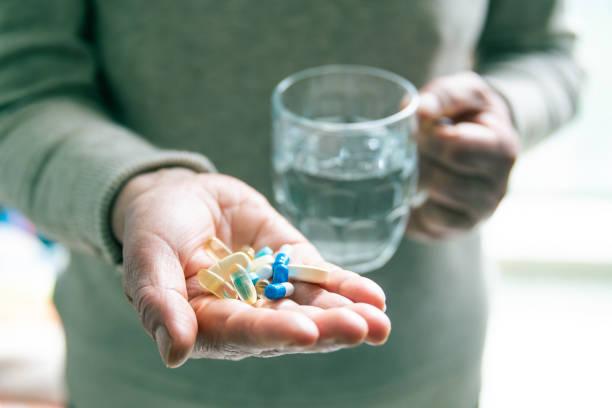 Medikamente mit Glas Wasser einnehmen – Foto