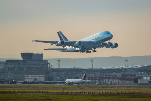 a380 opstijgen - luchthaven frankfurt am main stockfoto's en -beelden