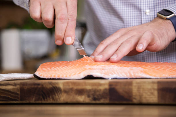 Taking out fish bone from salmon. – Foto