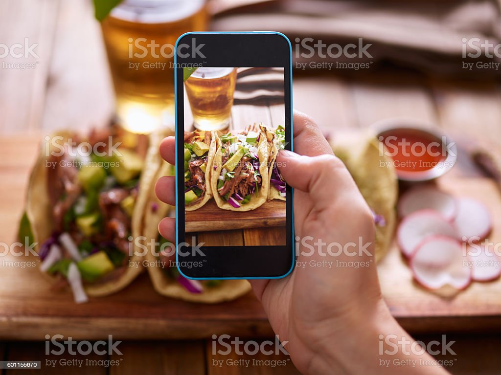 taking photo of street tacos with smartphone – Foto