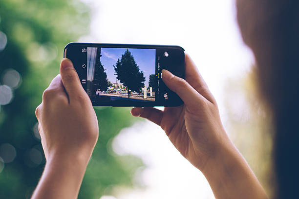 scattare foto con iphone - huawei foto e immagini stock