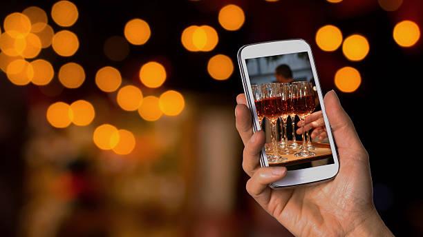 sie bild von weingläsern beim hochzeitsempfang - hochzeitsbilder stock-fotos und bilder