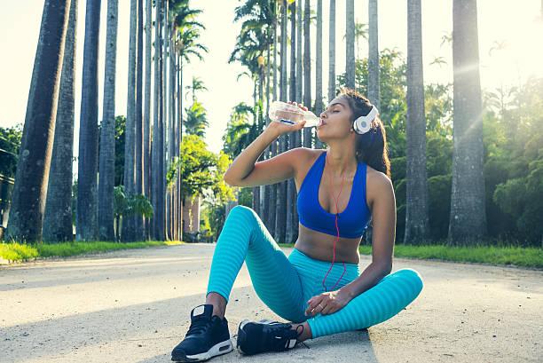 taking refreshments after working out - wasser trinken abnehmen stock-fotos und bilder