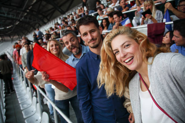 rekening selfie op voetbalwedstrijd - sportkampioenschap stockfoto's en -beelden