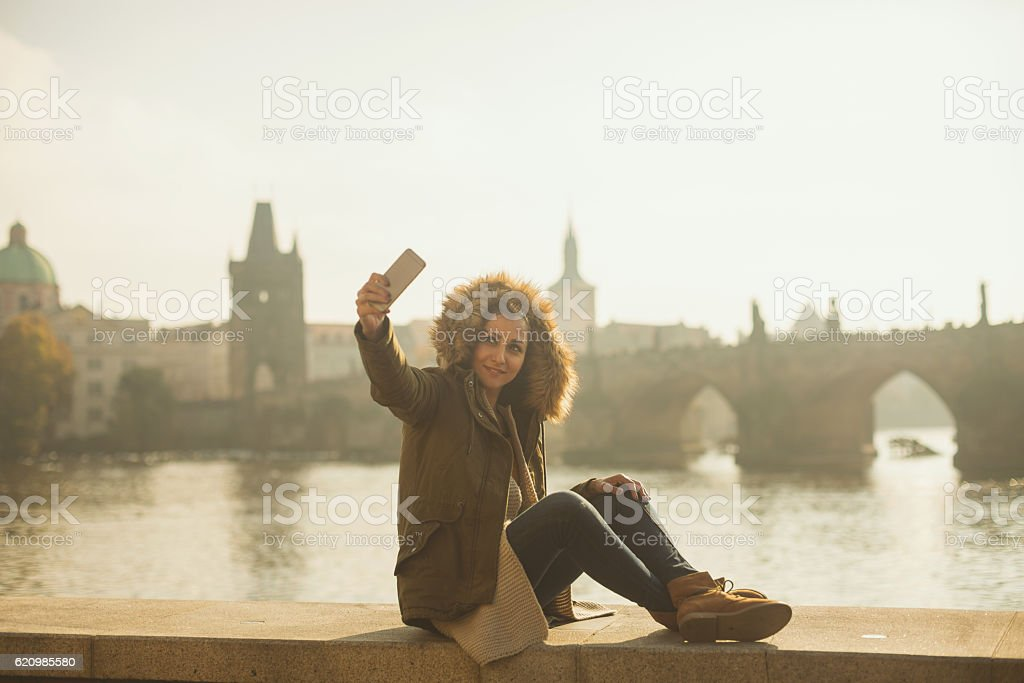 Taking selfie by the river foto royalty-free