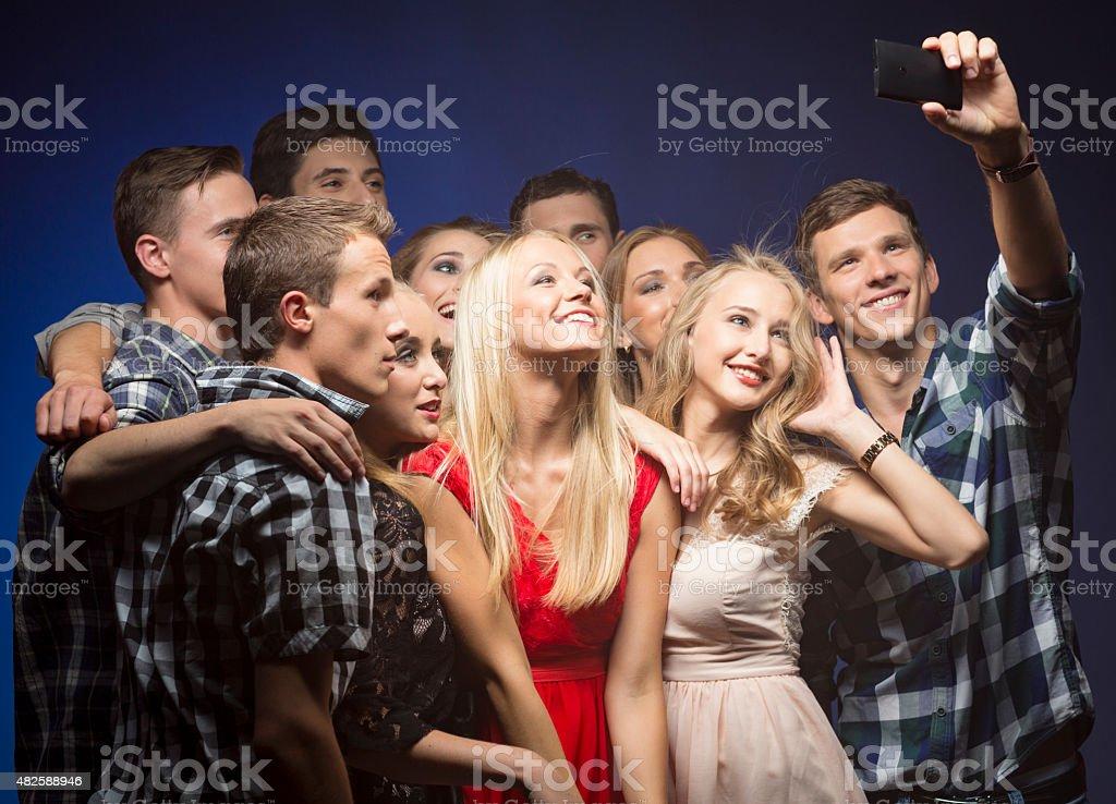Prenant selfie sur la fête avec des amis - Photo