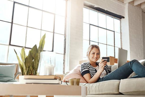 wobei den aufwand im store einkaufen mit technologie - sofa online kaufen stock-fotos und bilder