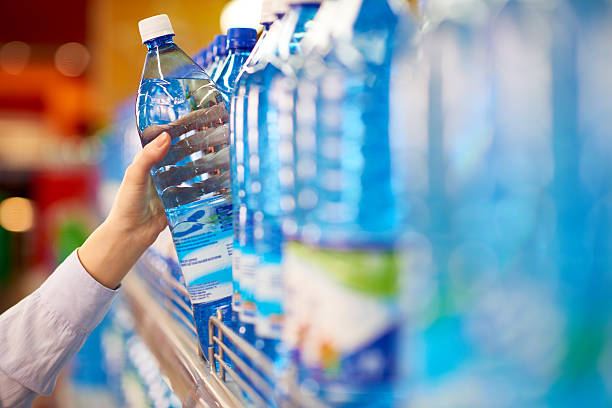tirando garrafa de água - sports water bottle - fotografias e filmes do acervo