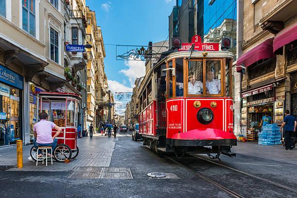 taksim tram - linea tranviaria foto e immagini stock