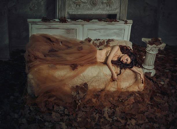 tale of sleeping beauty - gothic kleid stock-fotos und bilder