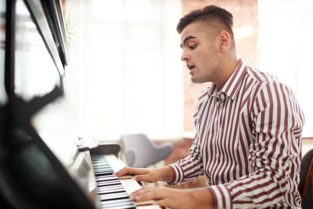 talentierter typ - one song training stock-fotos und bilder
