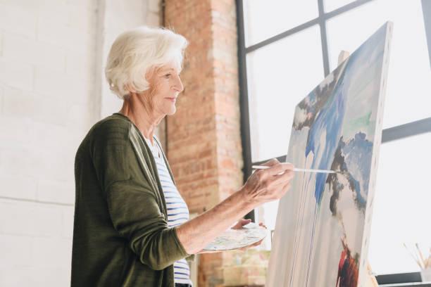 Talentierte Senior Woman Gemälde im Atelier – Foto