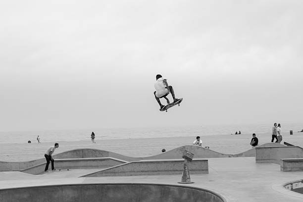talented teenage skateboarder mid-air at venice beach skate park - skatepark bildbanksfoton och bilder