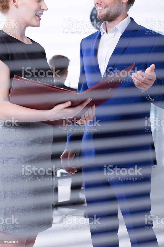 Talk between man and women at office foto stock royalty-free