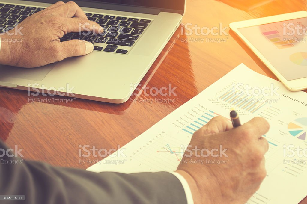talking about business document in office. foto royalty-free