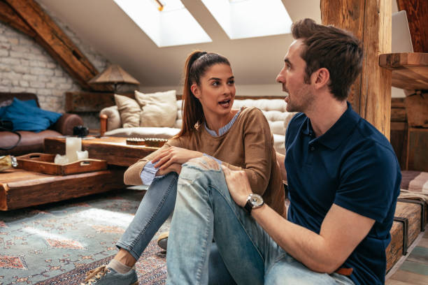praten over hun dag - couple fighting home stockfoto's en -beelden